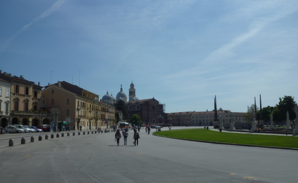 parte lastricata Piazza Della Valle da lontano chiesa Santa Giustina
