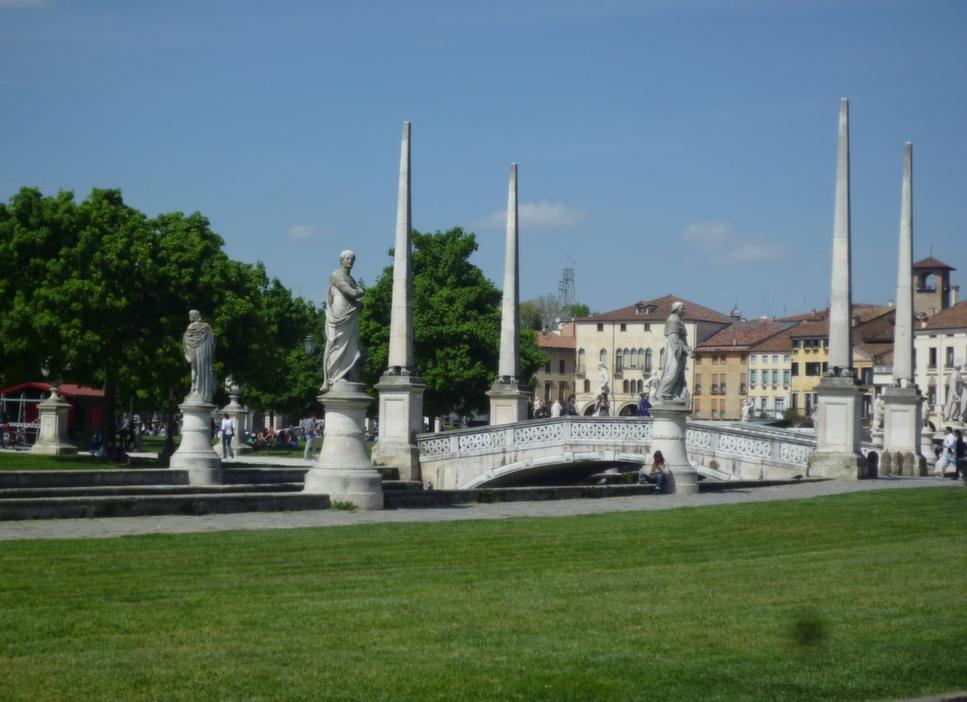 uno dei quattro ponti di Prato Della VALLE