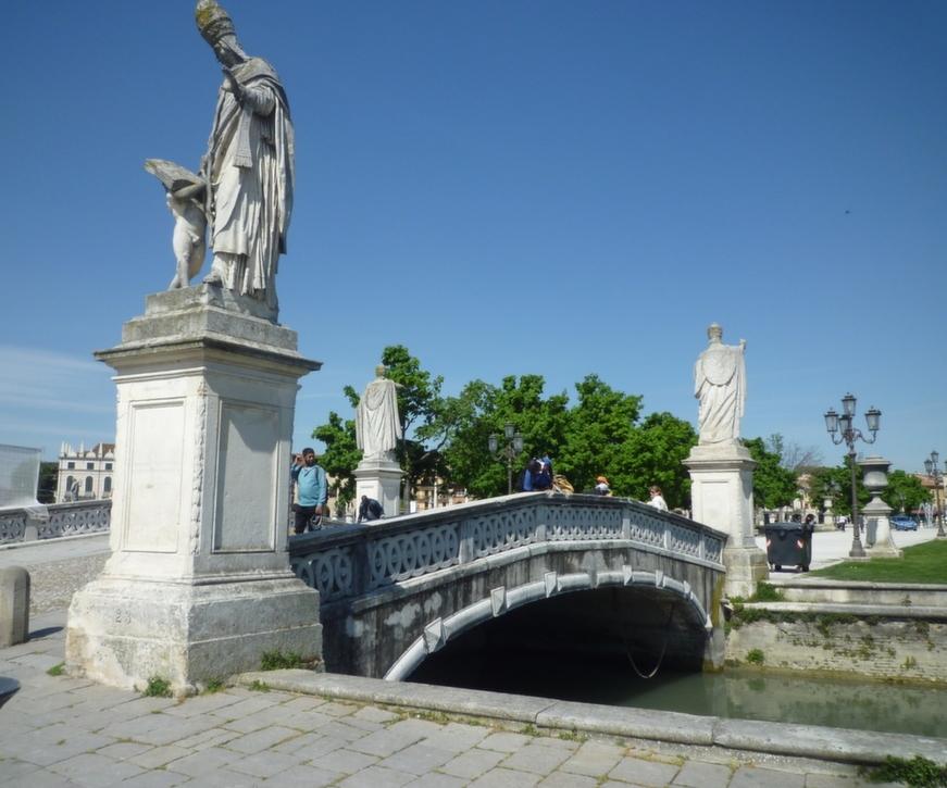 un ponte dell' Isola Memmia parte centralle della Piazza